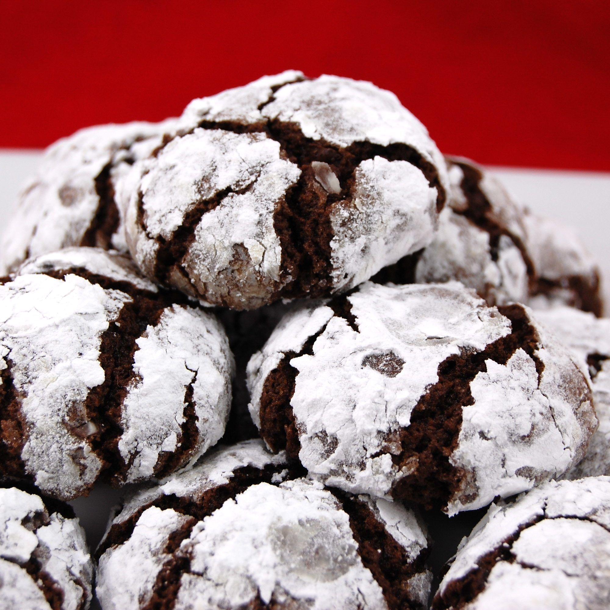 Çikolatalı ve Pudra Şekerli Çatlak Kurabiyeler