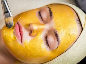 Akne, yara izleri ve koyu lekeleri ortadan kaldıran zerdeçal yüz maskesi